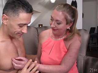 Of age slut with trimmed pussy Elizabeth Bee having sex with say no to lover