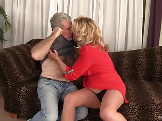 Fat mature Karen Summer drops her tights to be fucked good