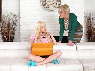Blonde pornstars Dee Williams and Kenzie Reeves desolate wanna have fun