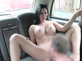Sack-sucking Jasmine Jae screws her taxi driver in the passenger car added to on the grass.
