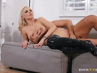 Seductive sex scenes to please the cougar mom with a real orgasm