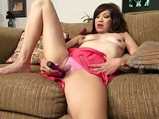 Dirty mature Tasha Grant spreads will not hear of legs to pleasure will not hear of cunt