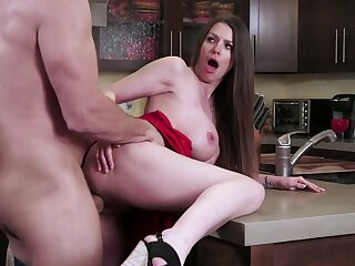 Screaming wife tries a big dong in hammer away kitchen